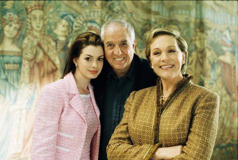 """anne hathaway con garry marshall y julie andrews en el rodaje de """"princesa por sorpresa 2"""""""