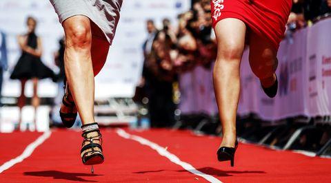 amsterdam   deelnemers in actie tijdens de hakken pakken run op de zuidas bij de wedstrijd voor het goede doel sprinten de heren in pak en met een aktetas en de dames op hakken van minimaal 9 cm hoog anp remko de waal