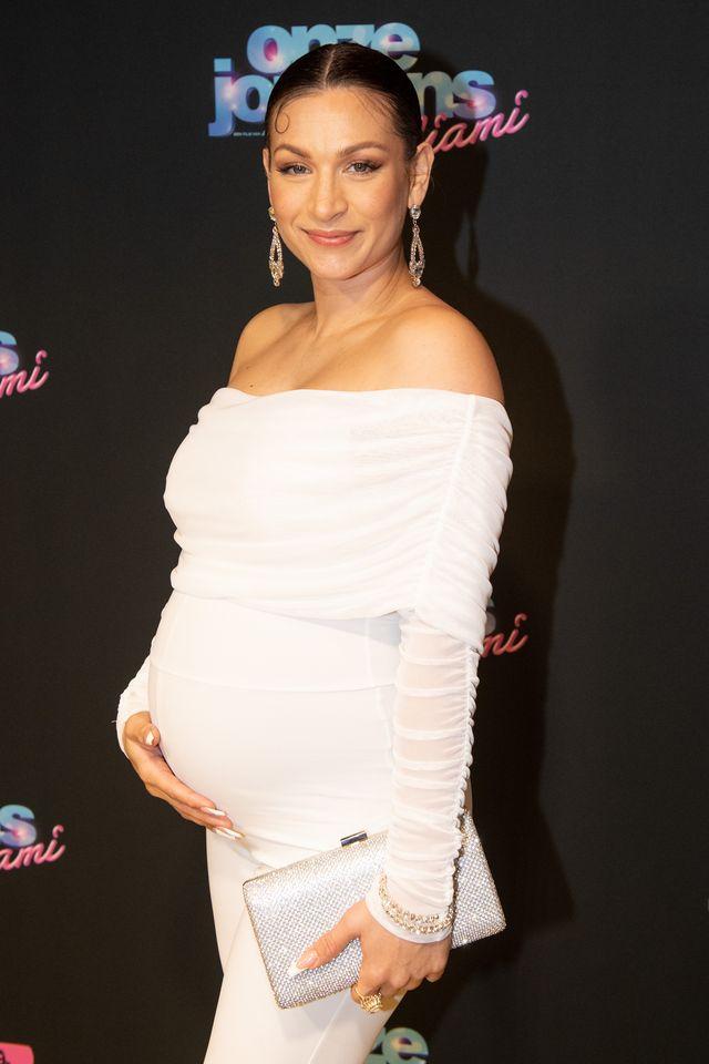 een toen nog zwangere eva van de wijdeven bij de premiere van onze jongens in miami