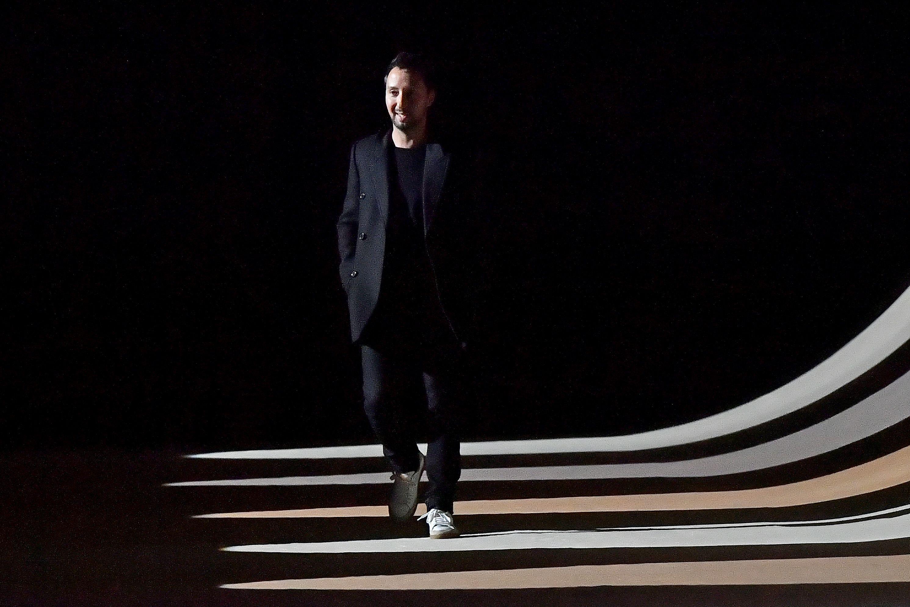 Saint Laurent, fiel a su elegancia, eleva la imaginación en su colección de verano 2021