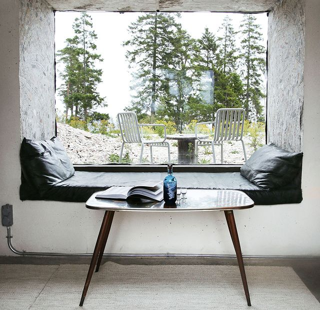 un viejo búnker transformado en una casa moderna y minimalista