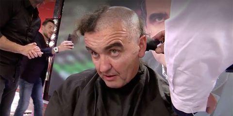 antonio montero se rapa el pelo en directo en 'sálvame' bajo las manos de kiko matamoros
