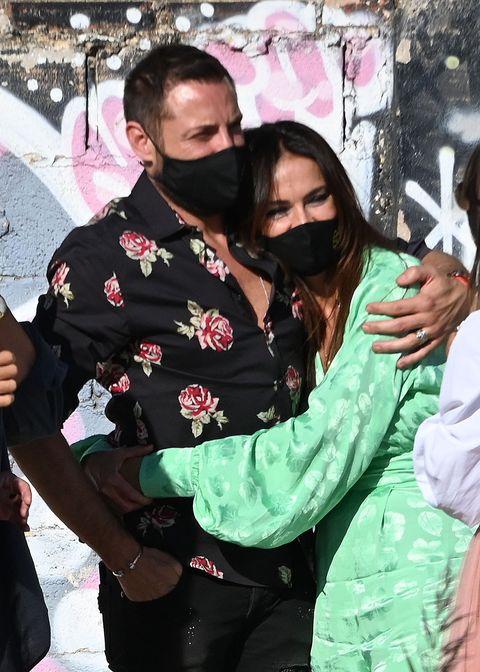 la pareja, con mascarillas, celebra el 45 cumpleaños de la malagueña