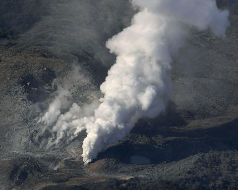 Smoke, Geological phenomenon, Atmospheric phenomenon, Lava dome, Volcanic landform, Sky, Volcano, Types of volcanic eruptions, Fissure vent, Cloud,
