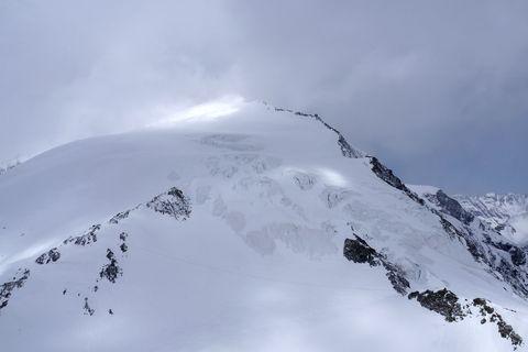 Snow, Mountainous landforms, Mountain, Geological phenomenon, Sky, Ridge, Winter, Glacial landform, Mountain range, Atmospheric phenomenon,
