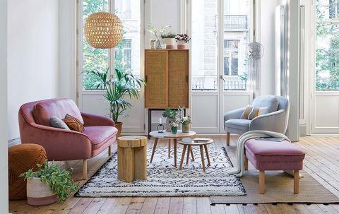 salón con sofá rosa