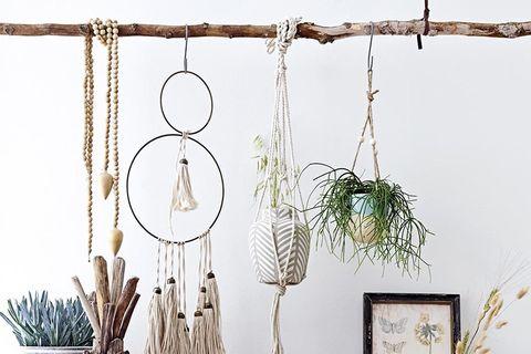 Aparador de madera y rama para colgar plantas