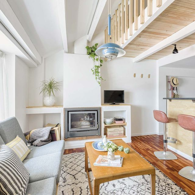 Apartamento pequeño con altillo: Salón con barra de cocina