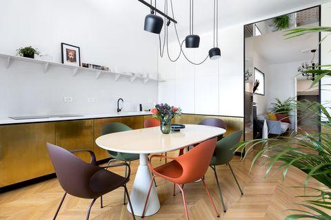 Un apartamento modernista renovado en el centro de Bucarest por Bogdan Ciocodeică Studio