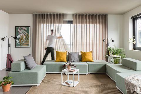 Salón con sofá modular de color verde empolvado