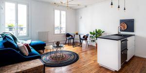 Apartamento reformado con espacios abiertos y decorado con color