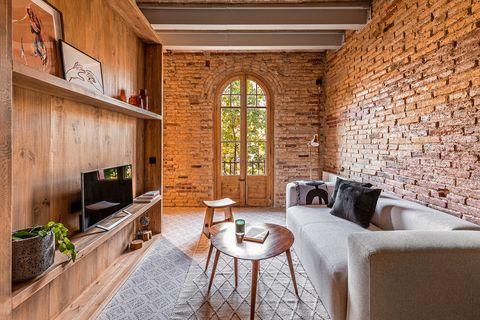 apartamento de estilo industrial decorado con madera y ladrillo visto