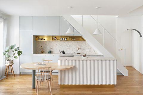cocina abierta con isla de diseño scandi