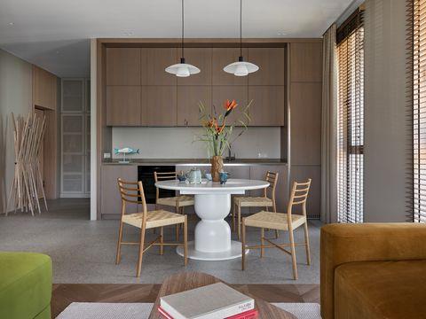 cocina abierta moderna con office y sillas de fibras