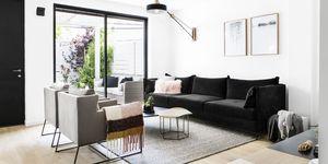 Casa reformada con patio exterior por Pninit Estudio de Diseño Interior