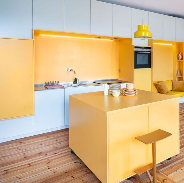 Un apartamento reestructurado por Lookofsky Architecture con paredes funcionales y mucho color (amarillo)