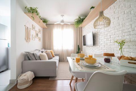 apartamento decorado en tonos blancos con detalles de macramé