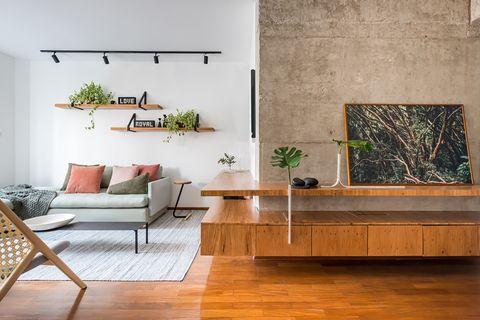 salón abierto de estilo industrial con muebles de diseño brasileño