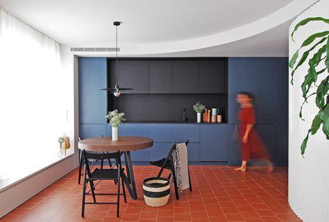 Cocina con office decorada en azul y negro