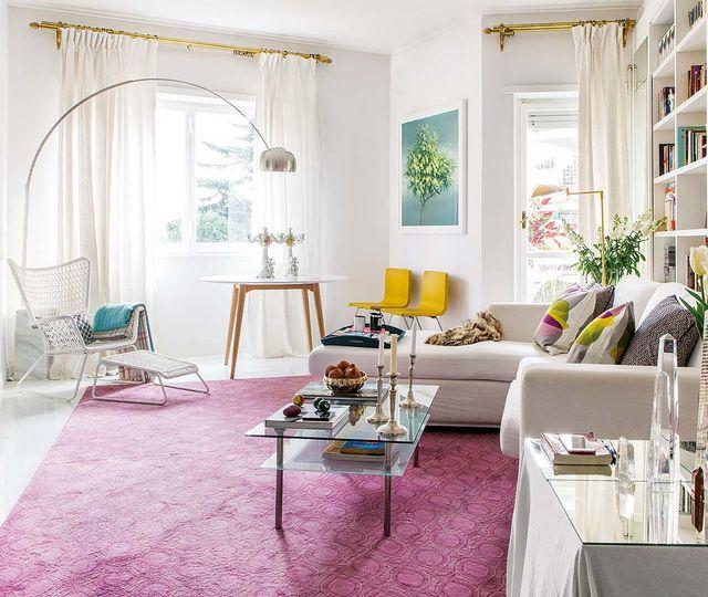 un piso en roma decorado en blanco, verde y rosa