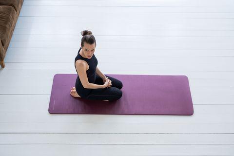 ponerse en forma monta un gimnasio en casa rutina esterilla yoga pilates