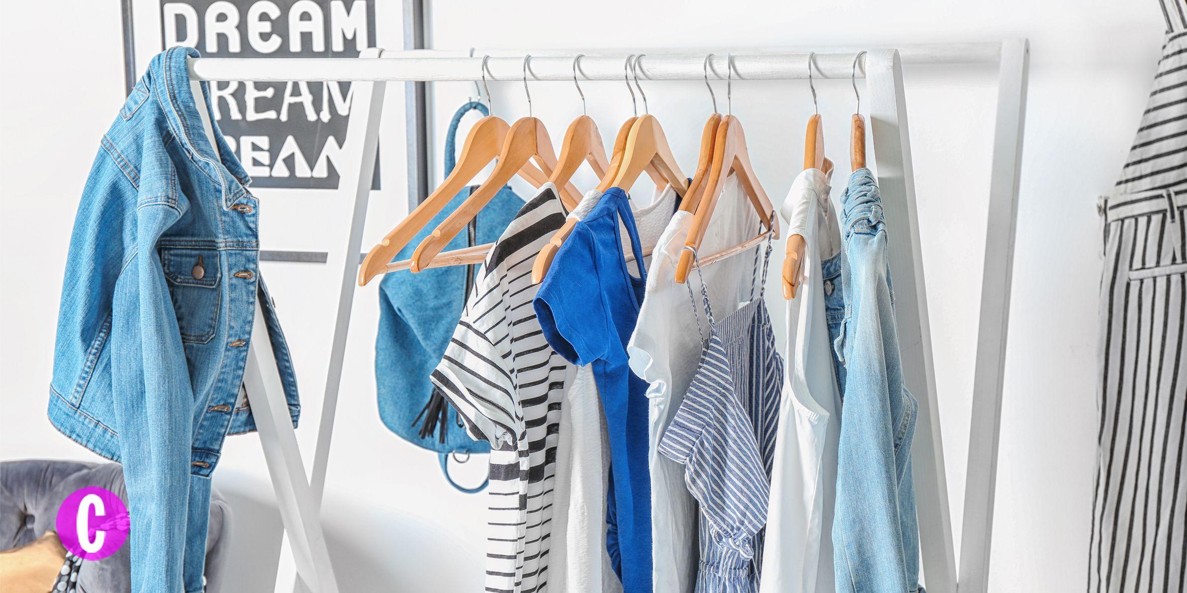 Quanti trucchi conosci per avere un guardaroba che splenda per ordine e perfezione: per prima cosa è necessario svuotare COMPLETAMENTE il proprio armadio, mettere gli indumenti e gli accessori sul letto e cominciare.