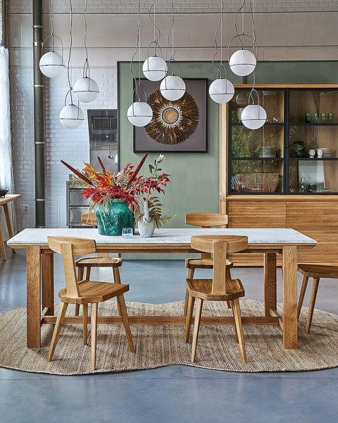 comedor de madera moderno con vitrina
