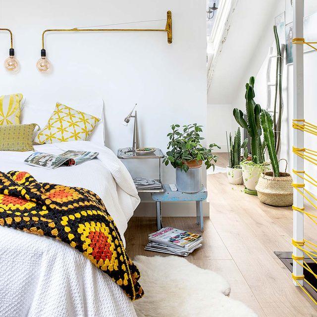 dormitorio moderno con apliques de brazo largo