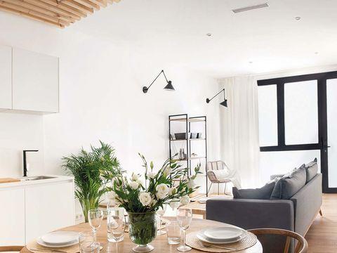 paredes blancas y sofá negro