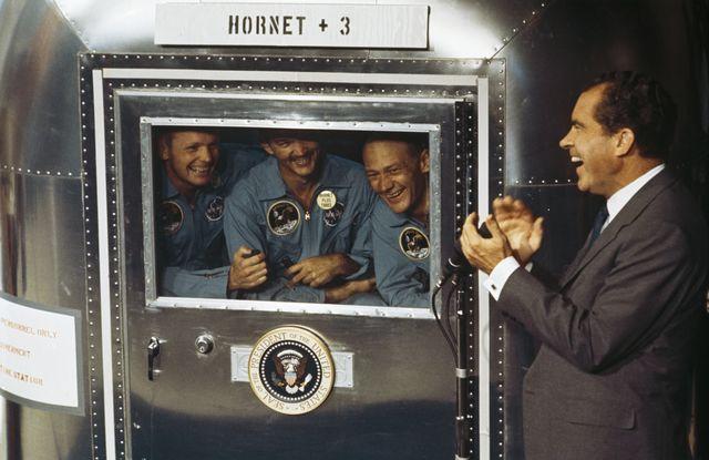 los astronautas neil armstrong, michael collins y edwin buzz aldrin junto al presidente de los estados unidos en 1969 richard nixon