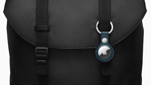 imagen de un localizador apple airtag en uno de las tiras de una mochila de color negro