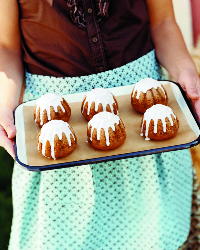 applecardamom cakes with apple cider icing