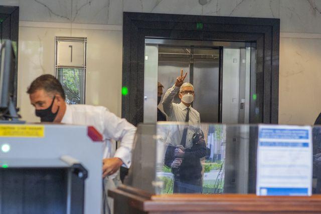 tim cook, ceo de apple en un ascensor, de camino a su comparecencia ante el tribunal que analiza el caso de epic contra apple