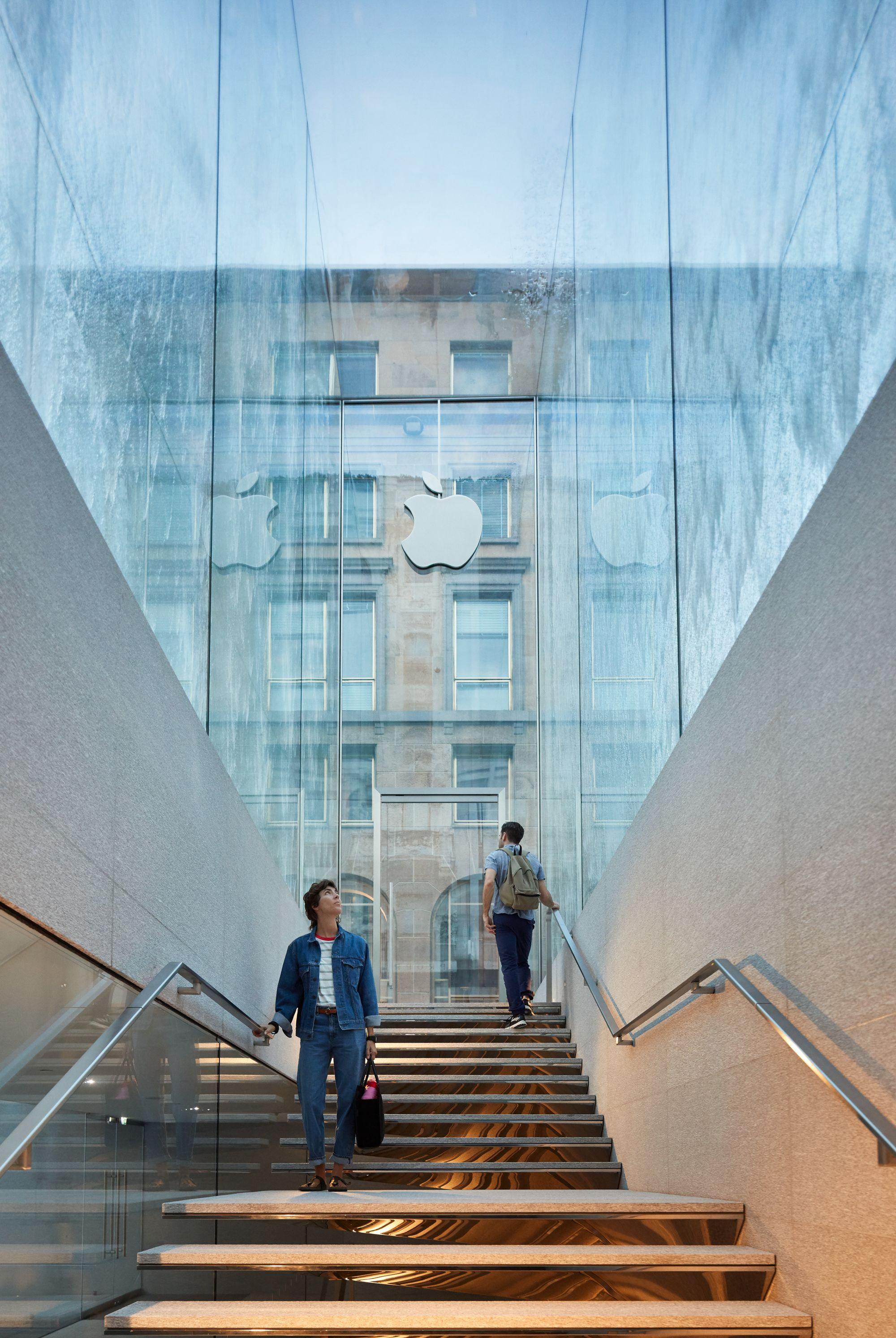 Il nuovo Apple Store di Milano è spettacolare