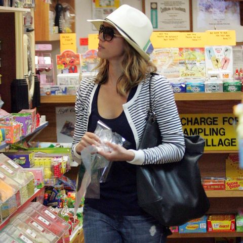 JESSICA ALBA STOCKS UP AT THE CANDY STORE