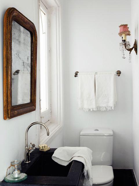mini baño con luz natural