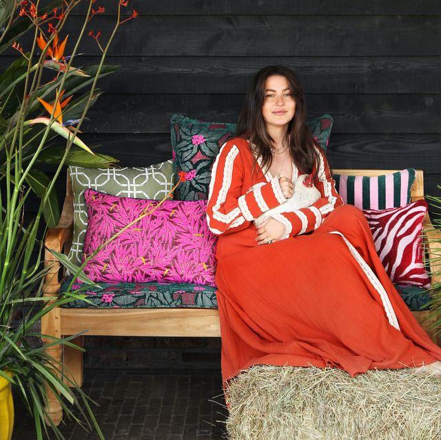 romy boomsma in tuin met palais collectie