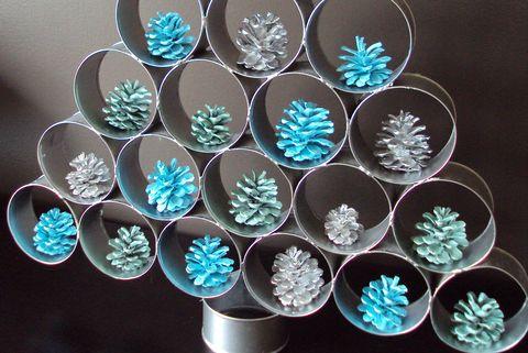 Árbol de Navidad DIY con latas de conserva