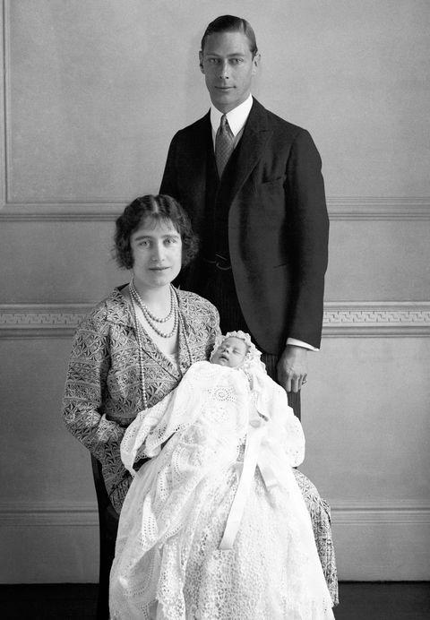 los reyes isabel y jorge vi posando con su hija recién nacida, la reina isabel ii