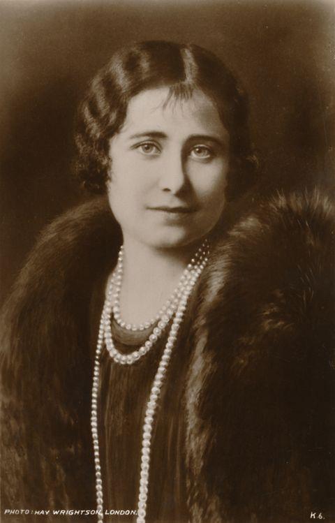 la reina madre, isabel bowes lyion, posando para una foto en blanco y negro