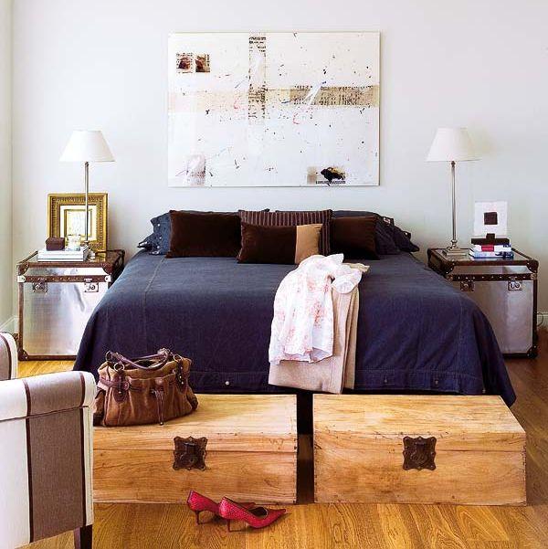 arcones de madera en pareja a los pies de la cama
