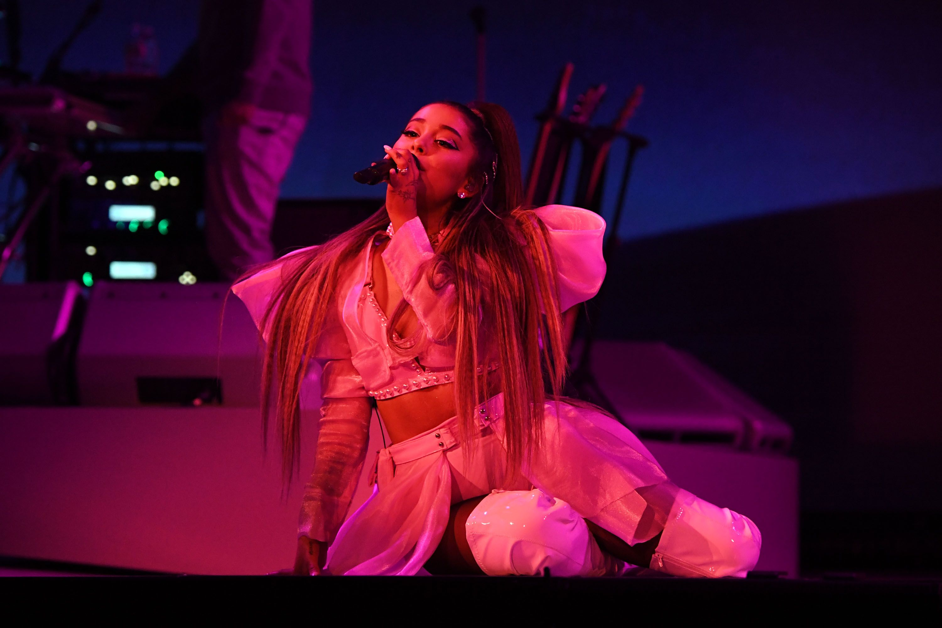 Ariana Grande Falls Over On Stage