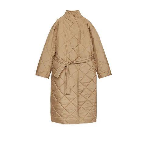 beige gewatteerde jas met strikdetail van arket