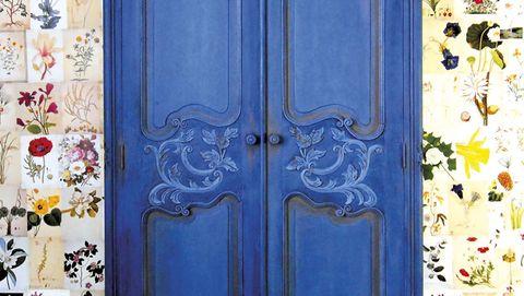 Armario azul restaurado con pintura a la tiza