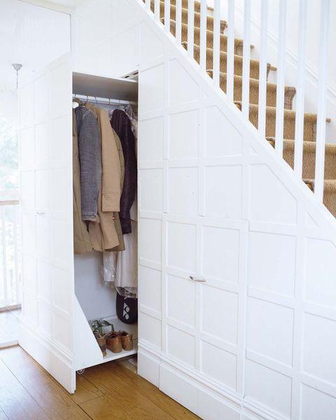 vestidor bajo la escalera
