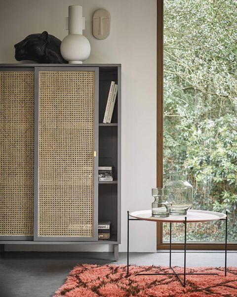 armario gris con puertas correderas de rejilla