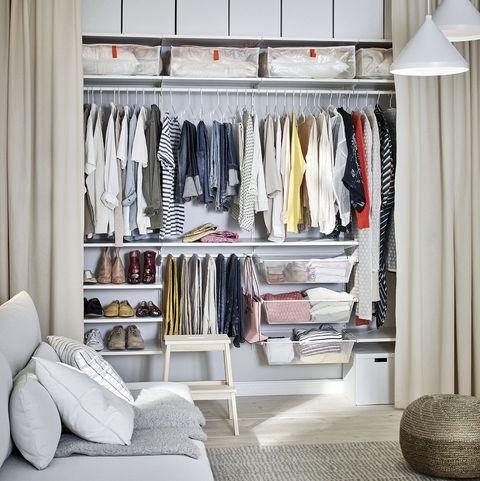 armario vestidor abierto con cortinas y barras