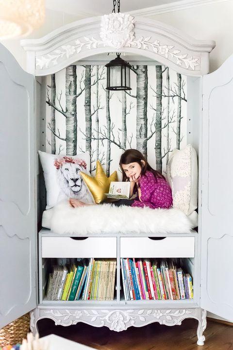 armario transformado en rincón de lectura