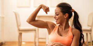 Vrouw met sterke armen door workout