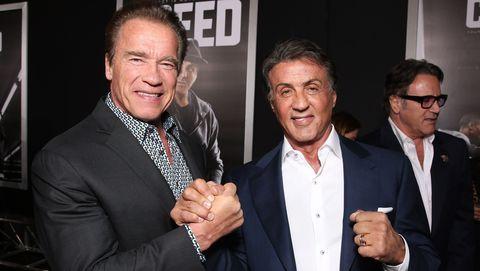 Twee mannelijke acteurs schudden hand en ballen vuist voor camera